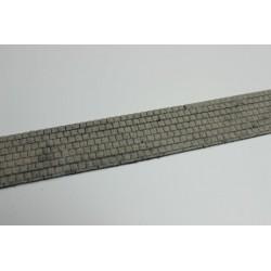 Gehweg mit Beton-/Terrazzoplatten, gealtert