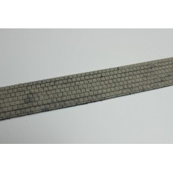 Gehweg mit Betonplatten, gealtert